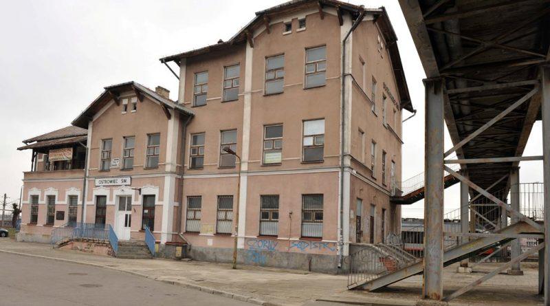 Zabytkowy budynek ostrowieckiego dworca kolejowego. Perełka architektoniczna miasta popada w ruinę!