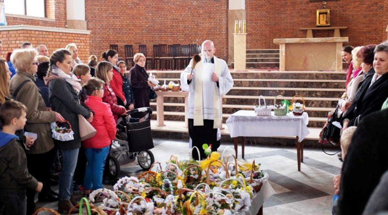 Wielka Sobota w Ostrowcu Świętokrzyskim. Błogosławienie pokarmów w kościele na Pułankach