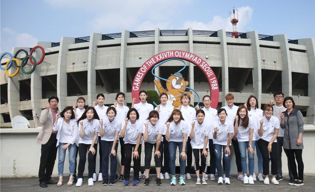 KOREA POŁUDNIOWA Po dwóch ostatnich edycjach Koreanki wróciły w tym roku do rozgrywek w II dywizji World Grand Prix, w których zdobyły brąz w 1997 roku po zwycięstwie 3:1 nad Japonią w decydującym meczu finału. Korea Południowa brała udział we wszystkich turniejach olimpijskich z wyjątkiem Moskwy 1980 i Barcelony w 1992 roku. Dwukrotnie zbliżyła się do medalu, przegrywając mecze o brązowe medale - w Monachium w 1972 roku 0:3 z Koreą Północną oraz w Londynie 2012 z Japonią 0:3. Na mistrzostwach świata Korea zdobyła brązowe medale w latach 1967 i 1974. Nie udało się jej jednak zakwalifikować do ostatniej edycji 2014 roku. Koreanki zdobyły również brązowe medale w pierwszych dwóch edycjach Pucharu Świata FIVB w 1973 i 1977 roku. Na poziomie kontynentalnym nigdy nie wygrały mistrzostw azjatyckich (7 srebra i 8 brązowych). Dwa złota zdobyły za to (w 1994 i 2014 roku) na Igrzyskach Azjatyckich.
