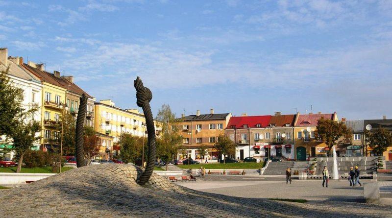 1200px-Ostrowiec_Rynek_20071008_0920