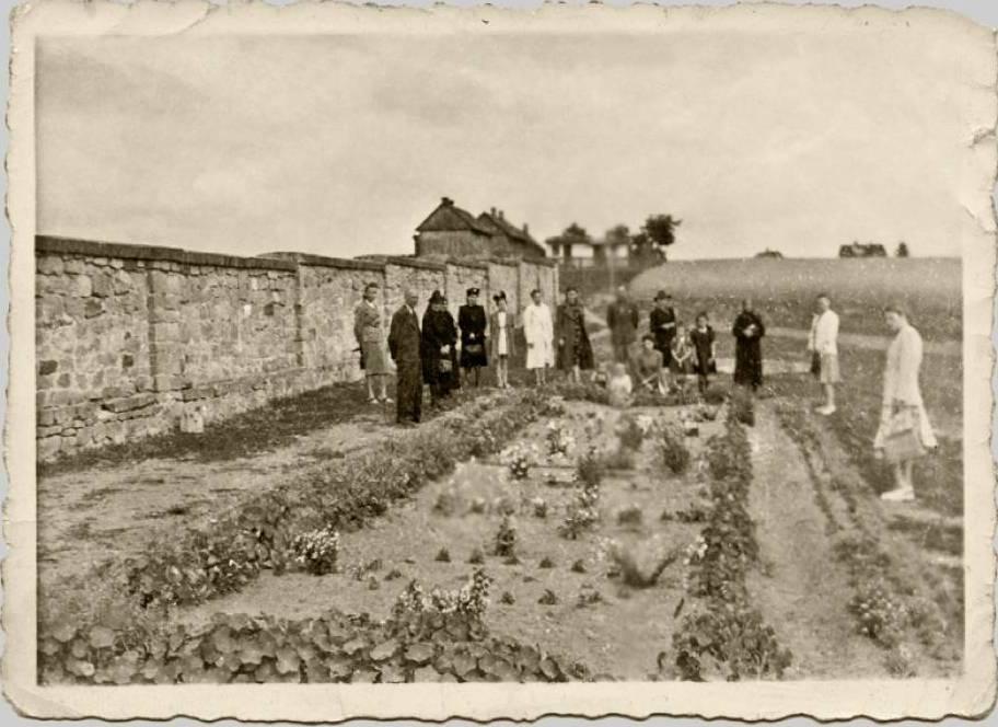 Pomordowanych złożono w zbiorowej mogile za murem cmentarza na terenie piaskowni przy ulicy Denkowskiej.