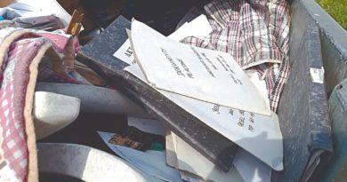Akta osobowe na śmietniku