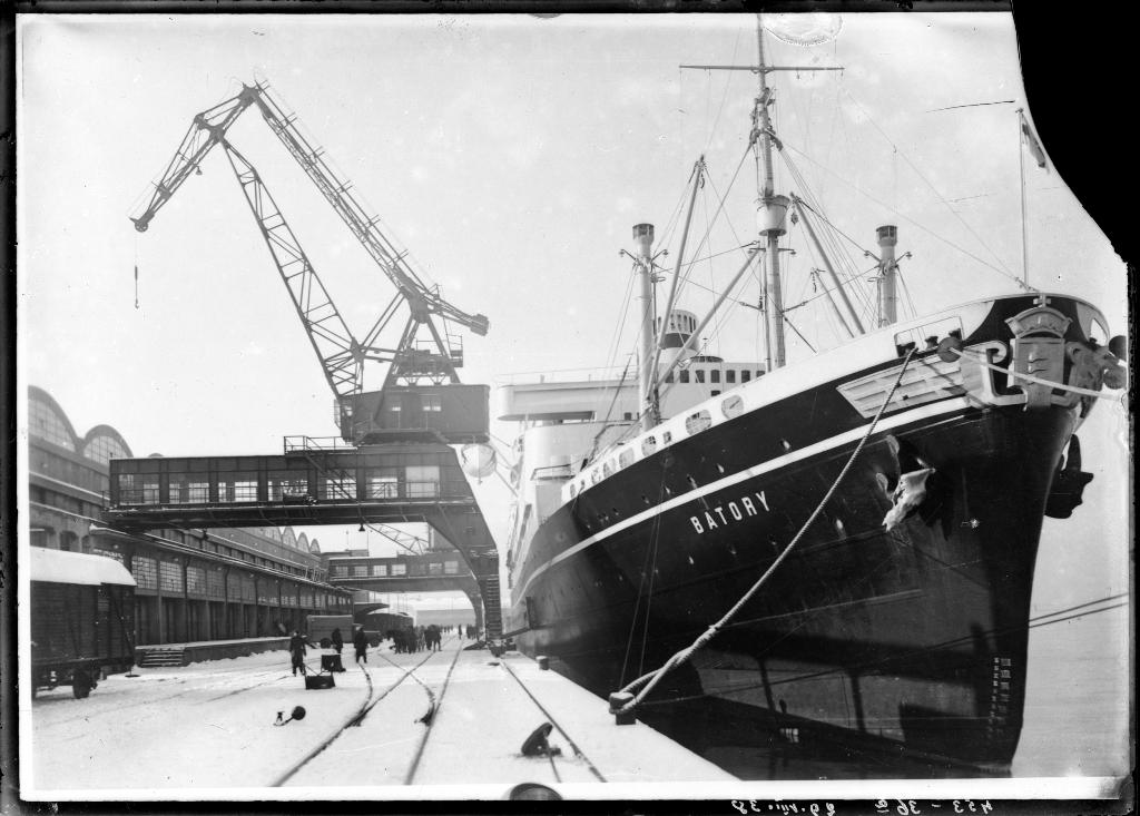 Statek Batory na tle dźwigów z Zakładów Ostrowieckich