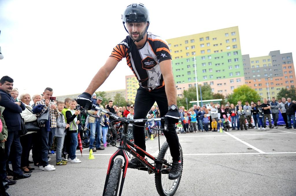 Piotr Bielak od 2004 roku występuje na imprezach w całym kraju ze swoim Rowerowym Widowiskiem Akrobatycznym, w którym łączy elementy trialu rowerowego i komedii. Swoje rowerowe widowiska przedstawił już w ponad 210 miastach. Łącznie na żywo wykonał ponad 400 prezentacji akrobacji rowerowych dla około 250 tys. widzów. Współpracował z czołowymi markami, takimi jak Mercedes-Benz, Skoda, Skandia, Plus, Decathlon, Rossmann, Philip Morris czy Mazowsze. Na żywo występował w programach telewizyjnych dla Polsatu i TVP. 18- letnie doświadczenie w ekstremalnej jeździe na rowerze jest kapitałem, którym dzieli się z najmłodszymi miłośnikami jednośladów w projekcie edukacyjnym - Mobilne Miasteczko Rowerowe.