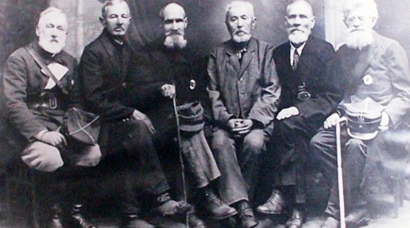 Grupa ostrowieckich weteranów 1863 roku: od lewej Jan Feliks Mrozowski, Marian Sybilski Kazimierski, Kostrzewski, Antoni Czerwiński, Zygmunt Saski