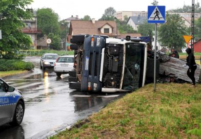 Przewróciła się ciężarówka ze złomem i od razu korki (zdjęcia)