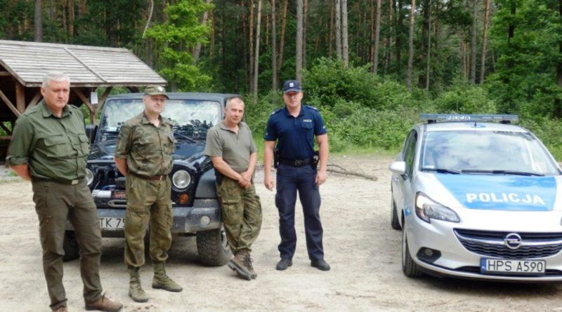 Policjanci w lesie