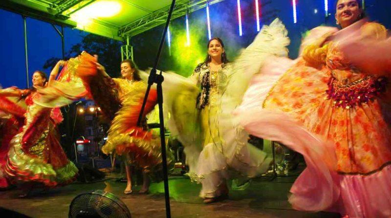 Ostrowiec lubi cygańskie rytmy. Świetna frekwencja na koncercie Bogdana Trojanka i Terne Roma