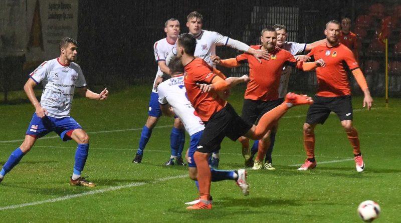 Piłkarze KSZO odprawili sandomierską Wisłę. Trzy punkty w deszczu i blasku jupiterów