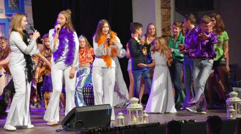 """Musical """"Oh, My God"""" na motywach Mamma Mia. Uczniowie z PSP Nr 7 i tancerki Progres w repertuarze Abby"""