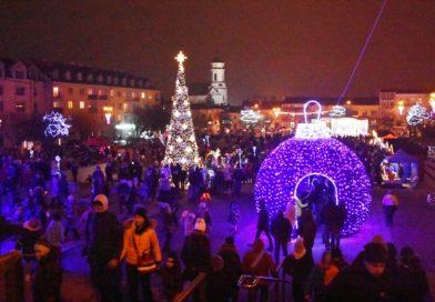 Tropami św. Mikołaja. Rozświetlenie choinki na ostrowieckim Rynku