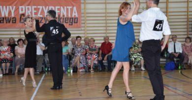 Dorośli i seniorzy wirowali w pięknym tańcu (zdjęcia)