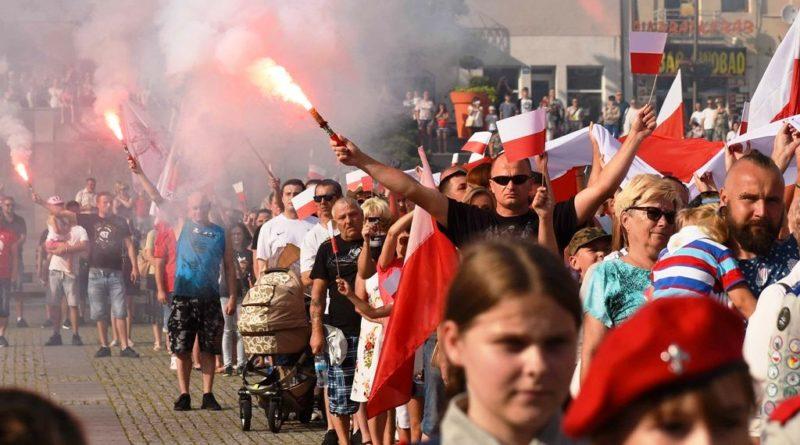 Ostrowczanie oddali hołd Powstańcom Warszawskim. Na Rynku utworzyli Żywy Znak Polski Walczącej
