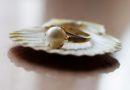 Dobór biżuterii do pastelowych ubrań jest prosty. Postaw na biel!