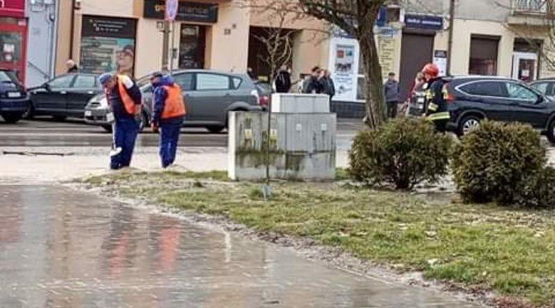 Awaria wodociągu w centrum Ostrowca. Zdjęcia naszych Czytelników