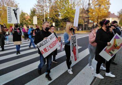 Protest kobiet. Blokada Ronda Republiki Ostrowieckiej i ronda przy Moście Księdza Infułata Marcina Popiela
