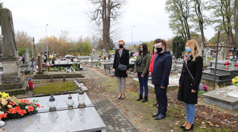 Wizyty na grobach ostrowieckich samorządowców. Składania kwiatów pod pomnikami rozstrzelanych w 1943 roku ostrowczan