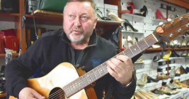 Muzyczne pasje Alberta Chodały. Chłopak z gitarą ze sklepu obuwniczego