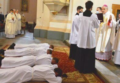 Święcenia diakonatu alumnów w ostrowieckiej kolegiacie