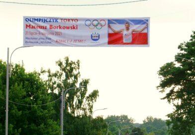 Kibicujemy Mateuszowi Borkowskiemu, naszemu olimpijczykowi! Niezwykły baner zawisł w Brodach