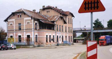 Nasz dworzec nadal straszy. W Kielcach i Skarżysku – Kamiennej wielomilionowe nakłady na podobne budowle